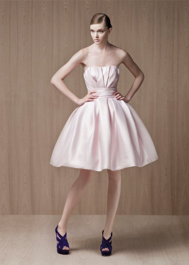 Фото девушки в нежно розовом платье