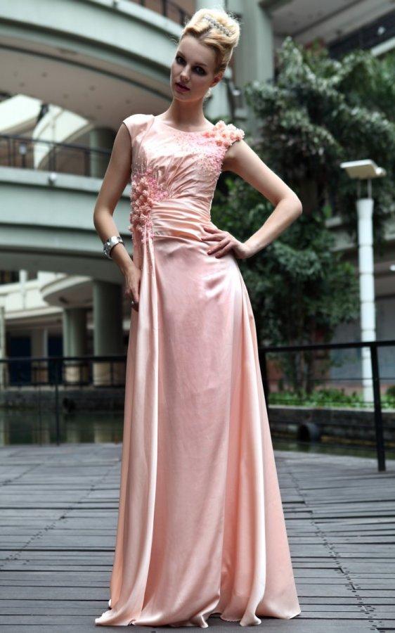 Девушка – фото в розовом платье