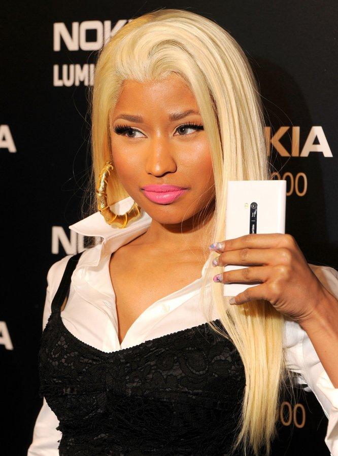 Ники Минаж со смартфоном