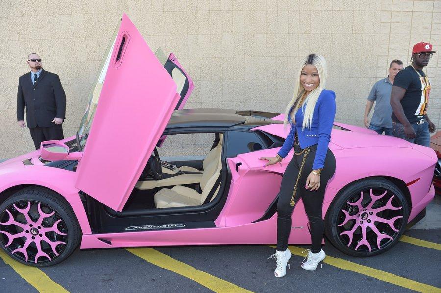 Ники и розовая спортивная машина