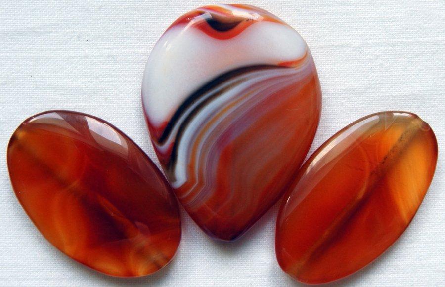 Отполированный камень сердолик