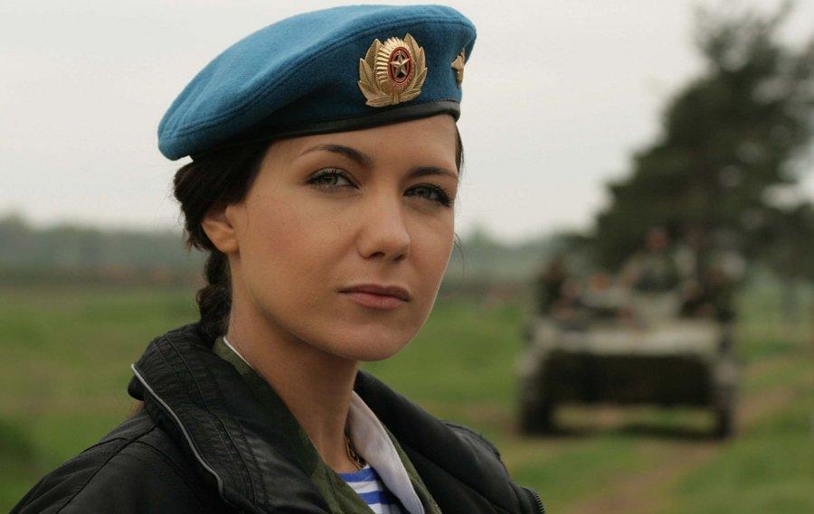 Девушка в военной форме и служба в армии для девушек