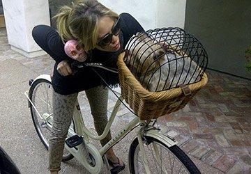 Девушки-велосипедистки