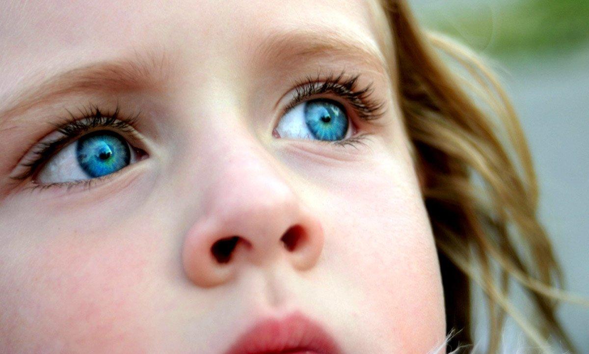 От цвета глаз зависит от