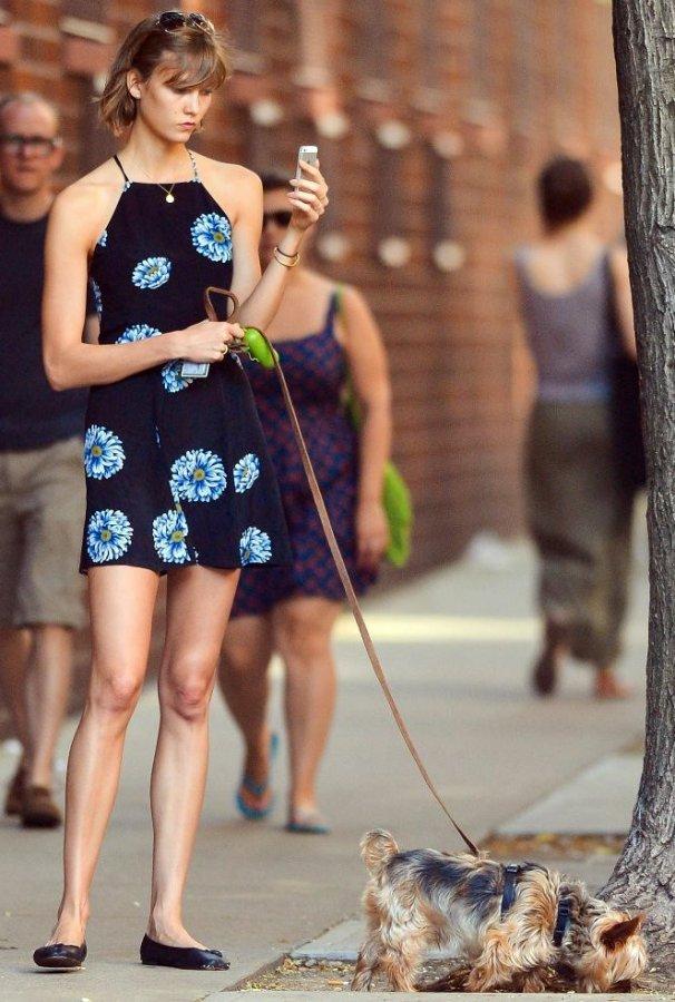 Карли Клосс, фото с собачкой