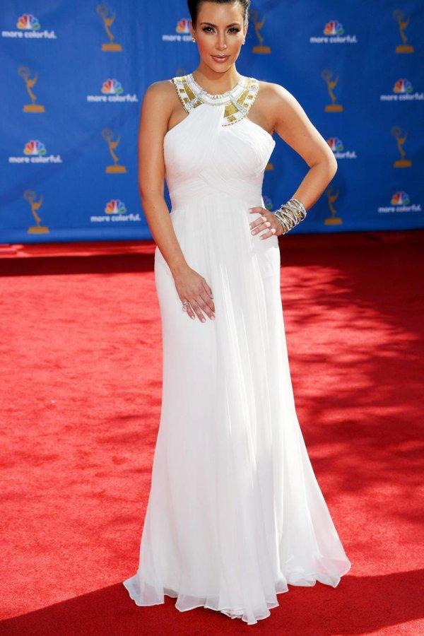 Белое платье Ким Кардашян