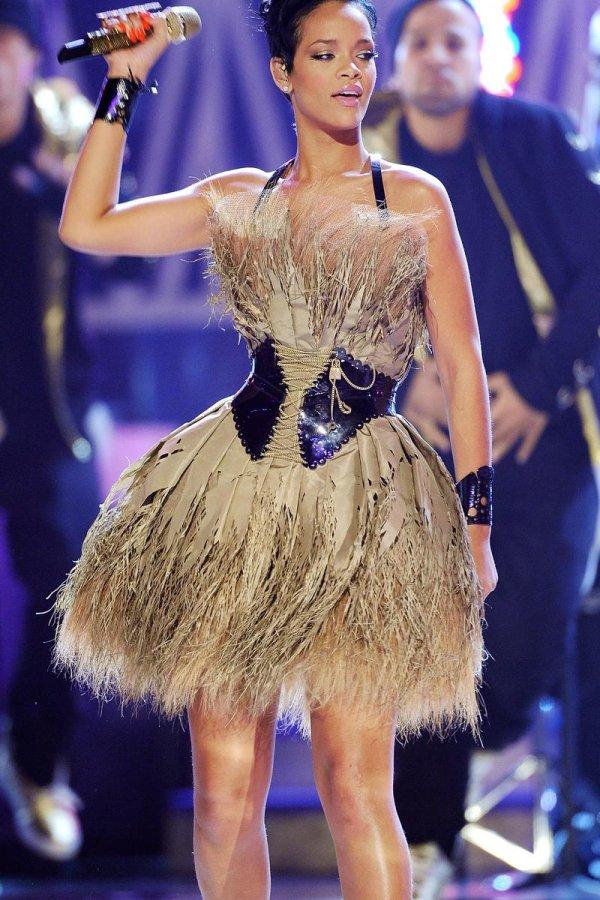 Певица Рианна, фото в платье