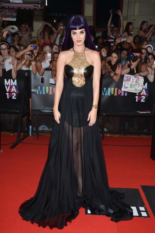 Черное платье певицы Кэти Перри