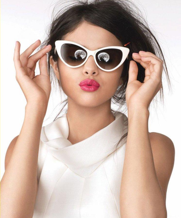 Девушка в очках Cat Eye