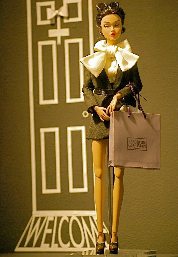 Красивая кукла в дизайнерской одежде
