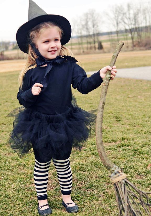 Девочка в образе маленькой ведьмы, фото