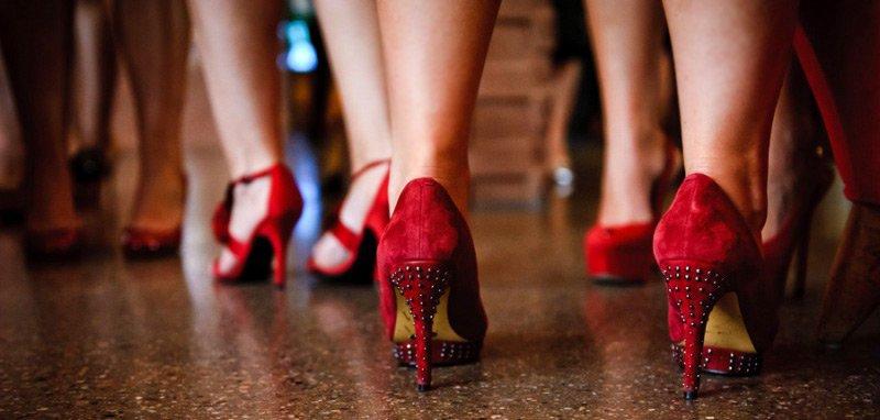 Женские туфли на красном каблуке