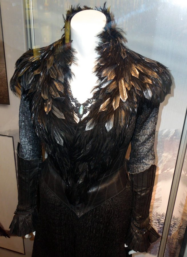 Платье ведьмы с черными перьями