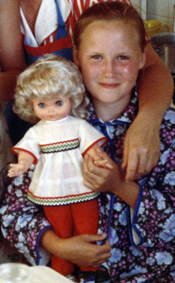 Девочка с куклой советских времен