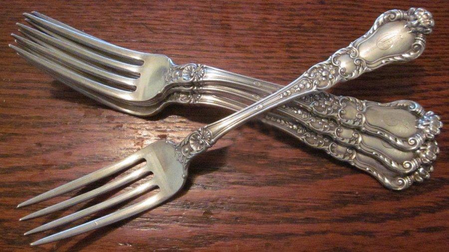 Столовое серебро – серебряные вилки