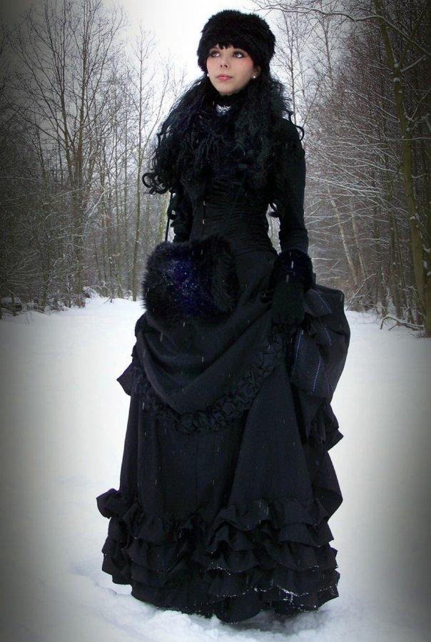 Готическая девушка в черном платье
