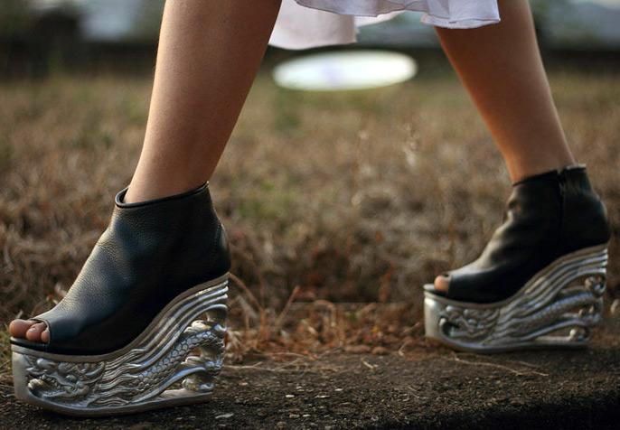 Обувь на деревянной резной танкетке