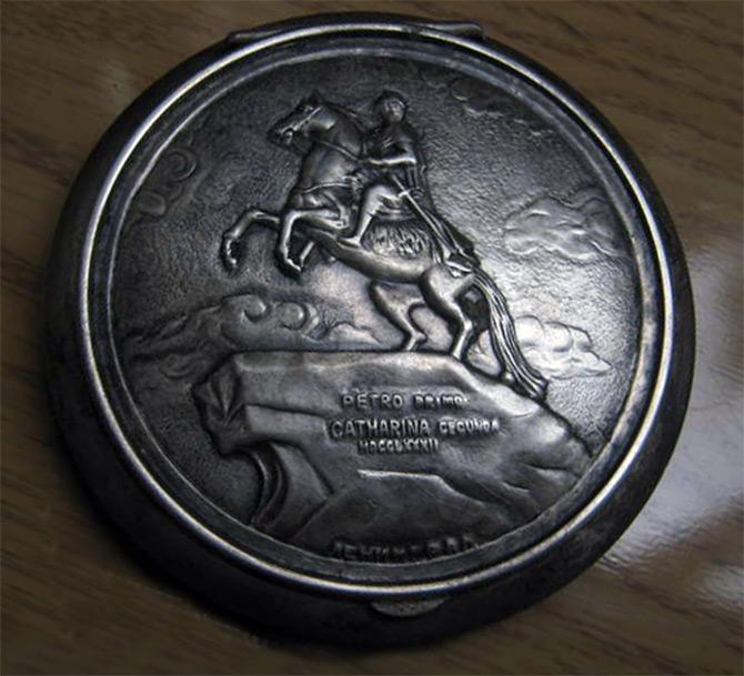 Серебряная пудреница