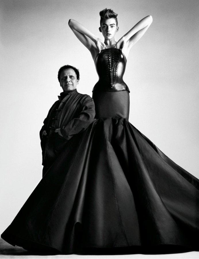 Дизайнер Аззедин Алайя с моделью