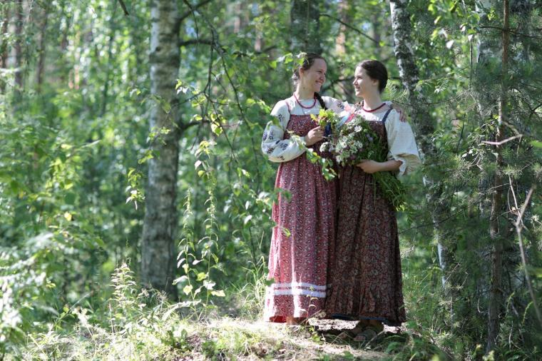 Русские девушки в народном костюме