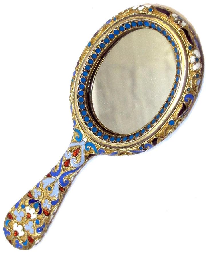 Старинное зеркало в серебряной оправе
