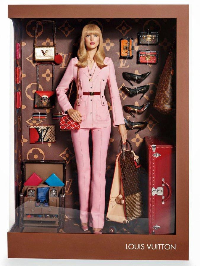 Модель в образе модной куклы