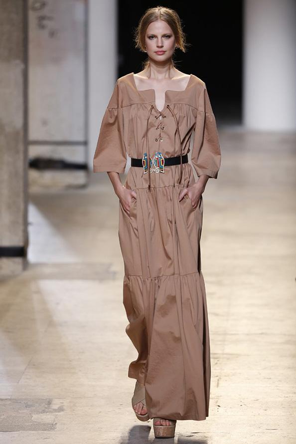 Длинное коричневое платье