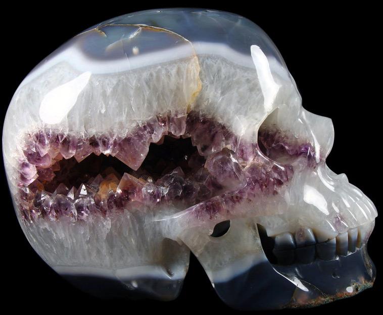Череп из камня аметист