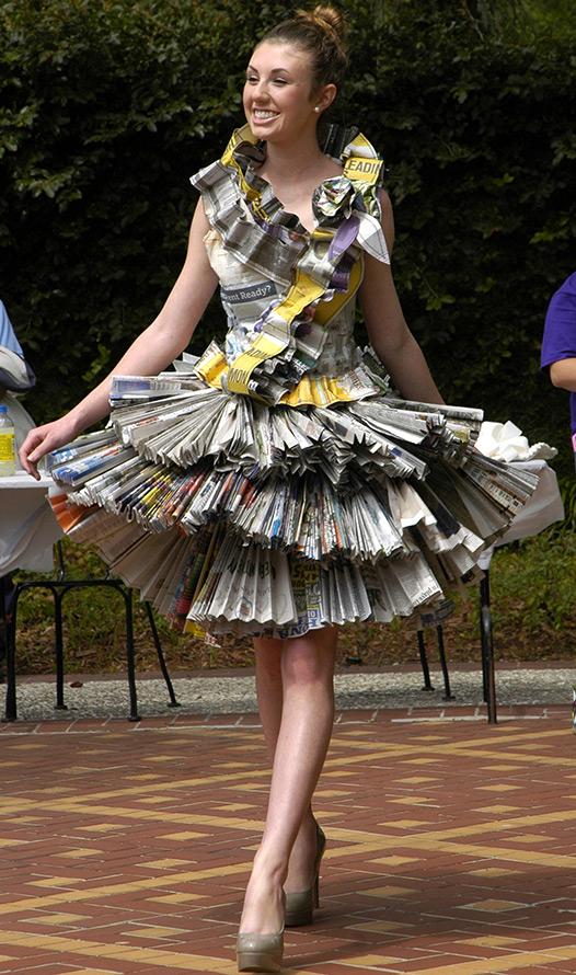 Бумажное платье из газет