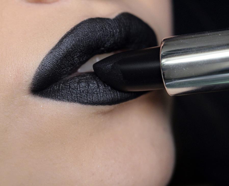 Черная губная помада и макияж губ