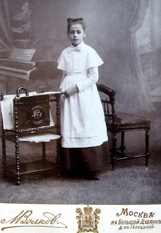 Девочка в форме – старинное фото