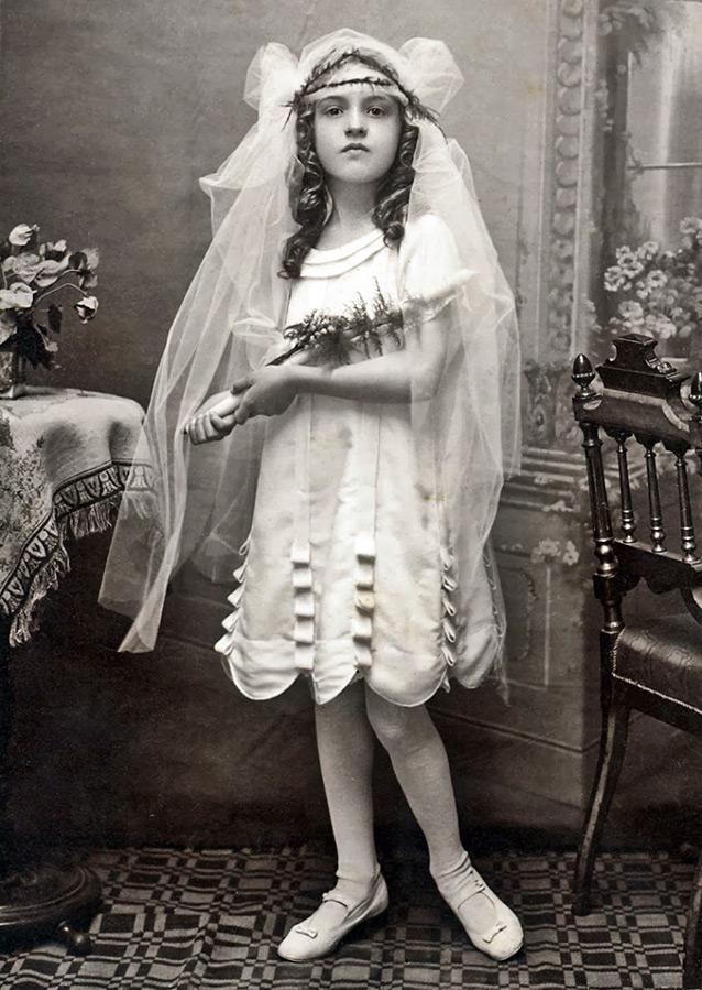 Старое фото – девочка в платье