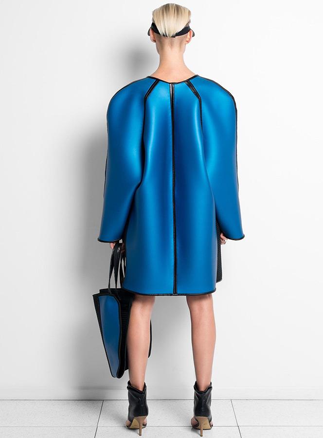 Модное пальто из неопрена