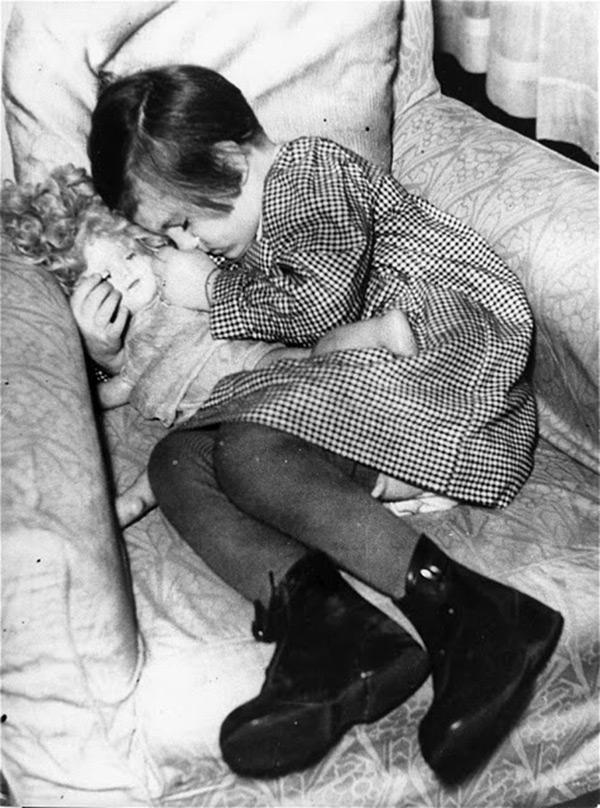 Девочка спит с куклой – винтажное фото