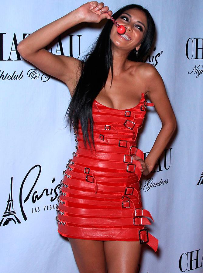 25 красных кожаных платьев