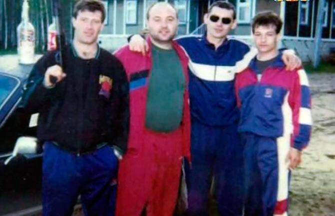 c538ddbf83ce Еще один модный хит 1990-х на постсоветском пространстве – спортивные  костюмы, которые носили далеко не в спортзал.