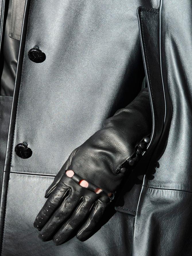 Черные кожаные перчатки