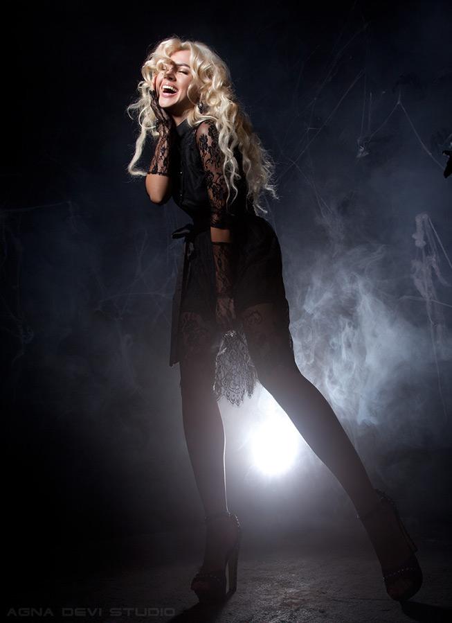 Актриса и певица Сара Окс