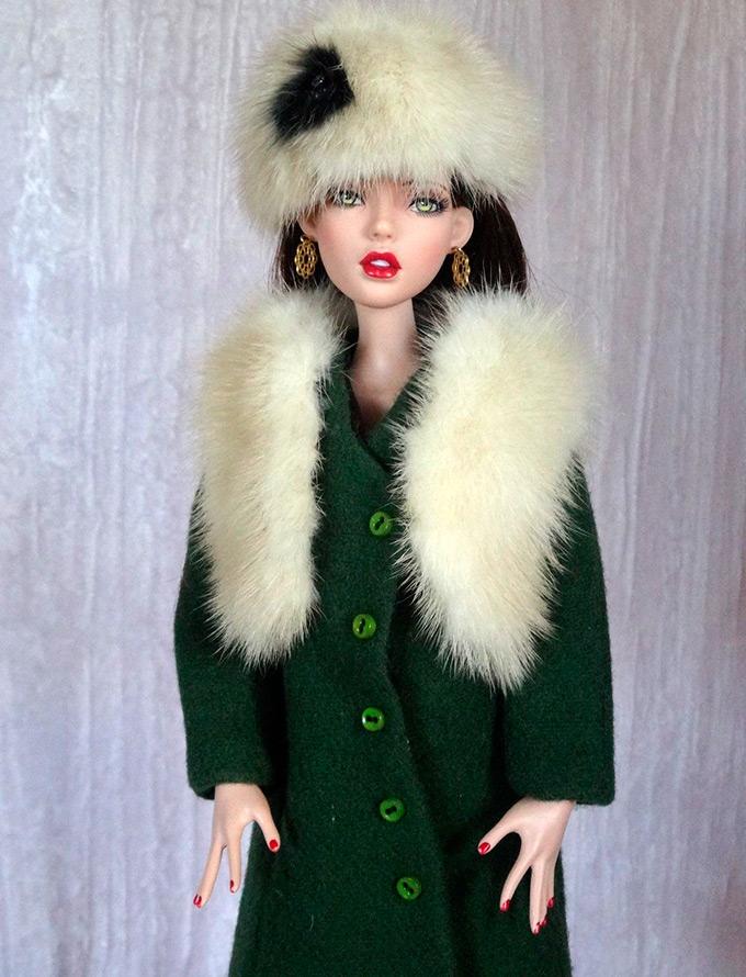 Пальто с меховым воротником для куклы