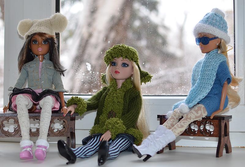 Куклы в вязаных шапках