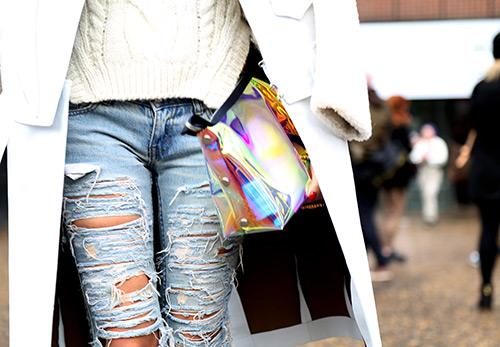 Рваные джинсы - история появления и кому они подходят?