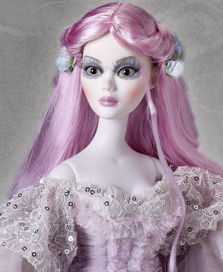 Красивая кукла