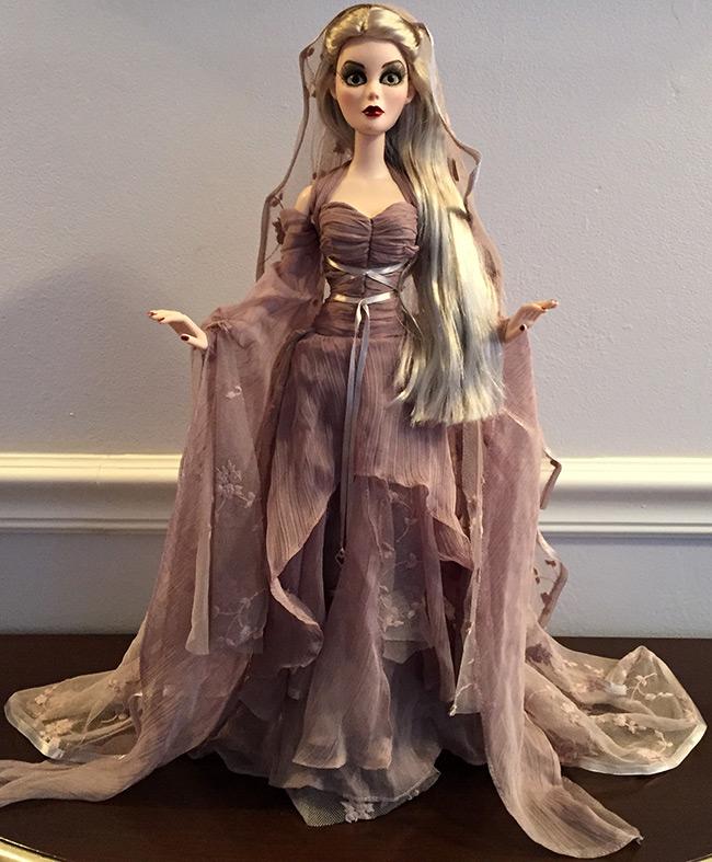 Кукла в роскошном платье