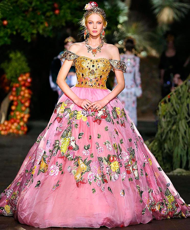 Модели в розовом платье