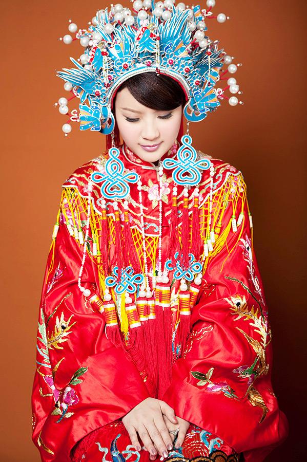 Невеста в традиционных нарядах Китая