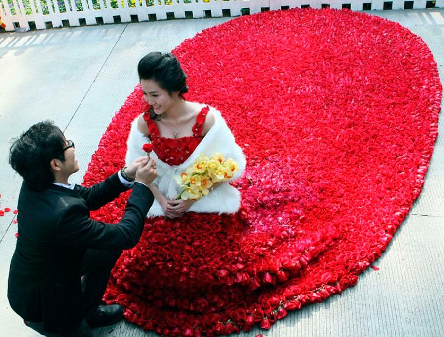 Платье из настоящих роз
