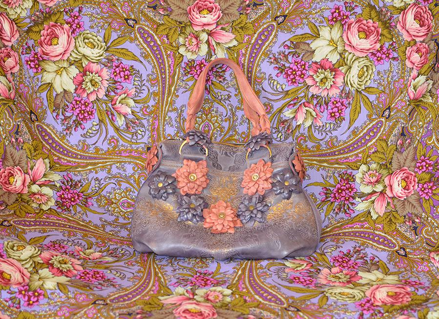 Аксессуары с цветочными принтами и объемными цветами
