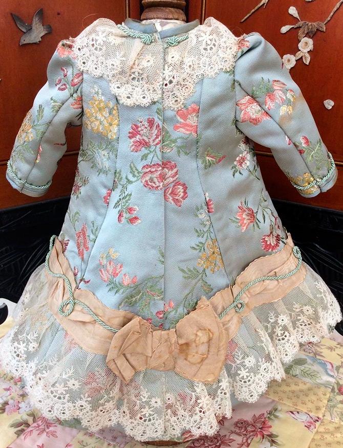 Прекрасные платья для старинных кукол