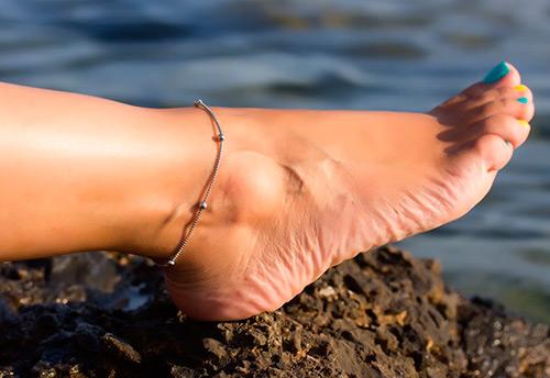 Как выбрать и выгодно купить браслет на ногу