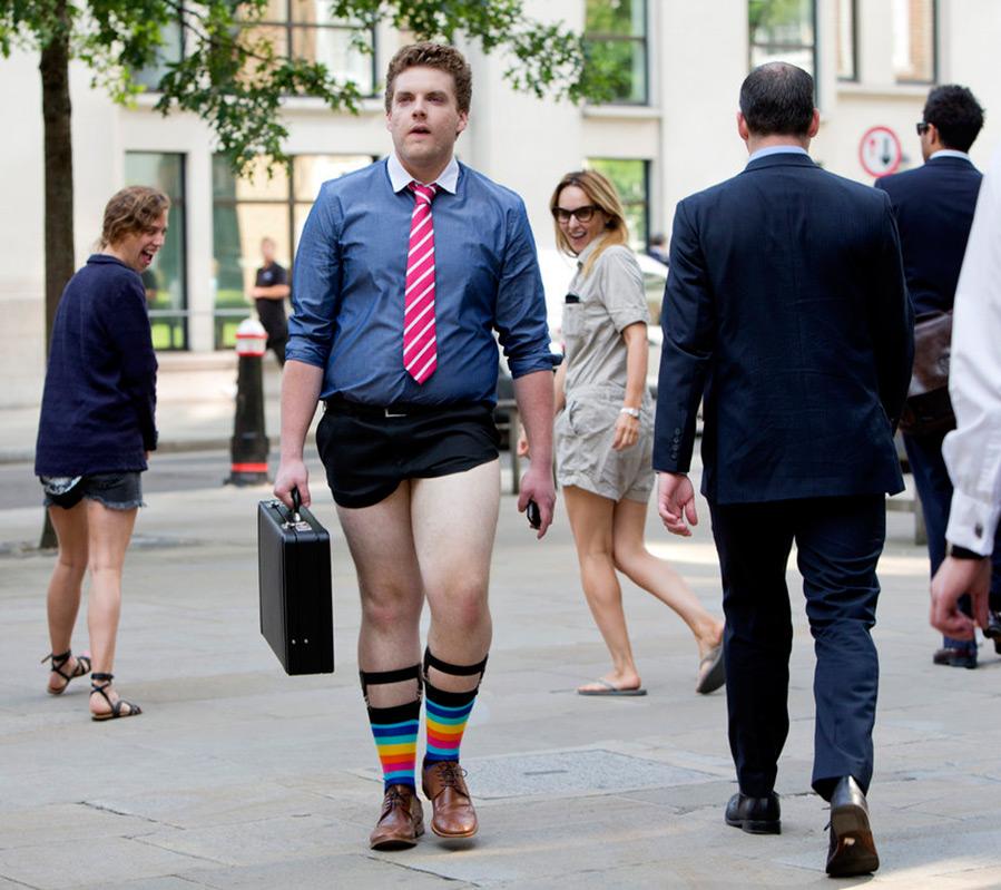 Мужчины в коротких шортах